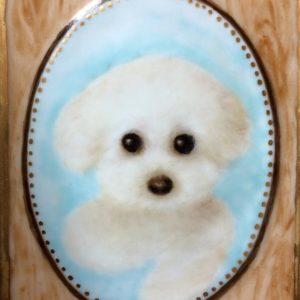 親友が教えている陶器絵付け教室で、姉が描いた作品。愛犬のポートレートです。チャームポイントのまん丸の目が可愛い♡