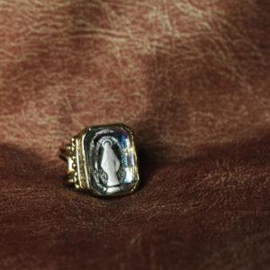マリア様が彫られたガラスのルースを使ったリメイク作品。素材:真鍮(燻)