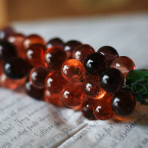 ずいぶん前にアンティークショップで見つけたガラスの葡萄。吸い込まれそうなほど好きな色。