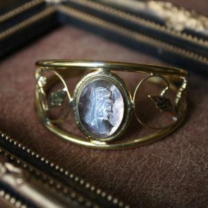 母の古いカメオのブローチをバングルにリメイクしたもの。素材:真鍮