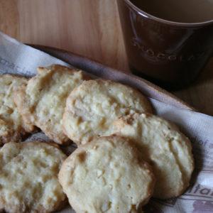 ホワイトチョコレートとマカダミアナッツがたっぷりのカントリークッキー。