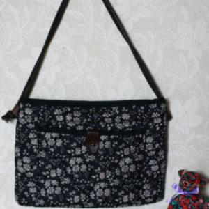 LIBERTYプリントで作ったバッグです。革のポイントがお気に入り。