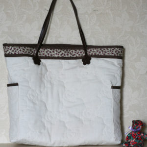 LIBERTYプリントで作ったバッグです。メインは白いキルト生地で縁にリバティプリントを。