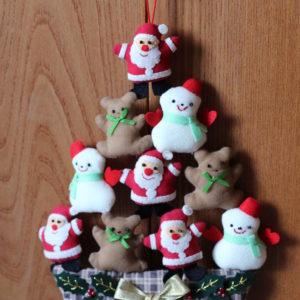 サンタとトナカイと雪だるまのツリー。姉・作。