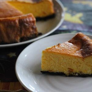 かぼちゃのチーズケーキ♡ハロウィンを意識して、黒いタルト生地はオレオを砕いて敷き詰めました。