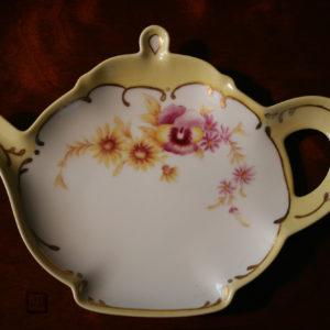 陶器の絵付け・姉の作品。パンジーの色合いが素敵です☆