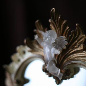 アンティーク風の鏡の天使。鏡を覗き込むと、「ほら!笑って!」と声を掛けてくれるような気がします。