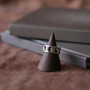 愛犬が家族の一員になった記念日を刻んだリング。素材:シルバー925