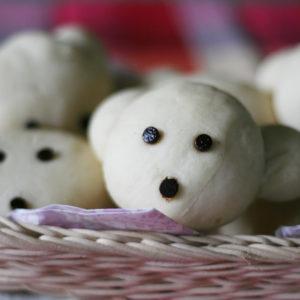 白パンを愛犬に似せて焼いたわんこパン。目と鼻はチョコチップです。
