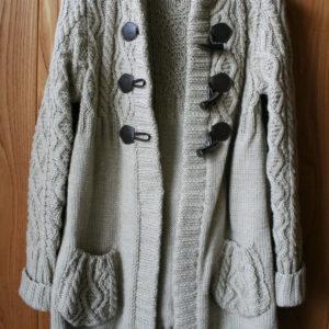 妹が編み図なしで編み上げたダッフルコート。