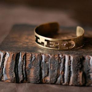 愛犬の名前とメッセージを刻んだバングル。素材:真鍮 燻し