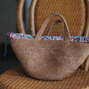 エコアンダリヤで編んだバッグ。内布にリバティプリントを使用しています。('15・7.6のブログ参照)