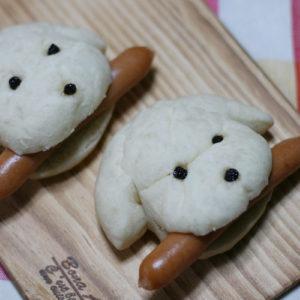 愛犬に似せて焼いた白パンにソーセージをはさんで・・・