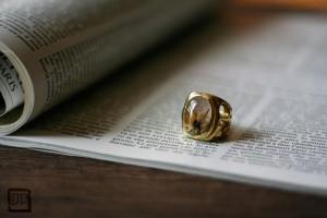 タイチンルチルクォーツのルースを使ったリング。サイドには「HOCUS POCUS」の呪文を刻んで・・・素材:真鍮