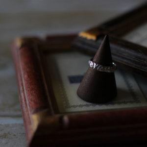 イタリア語の「Volere e potere」意思は力なり。望めば叶う。の文字を浮かし彫りで刻んだリング。素材:シルバー925