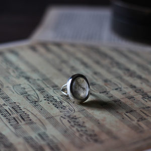 友人のリングのリメイク。石はデンドリティッククォーツ。ルースの形状が特殊だったので、シンプルなデザインに。素材:シルバー925