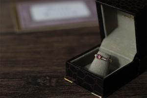 姉の古いルビーとダイヤモンドのリングを、カジュアルに着けられるようなデザインにリメイク。素材:K18