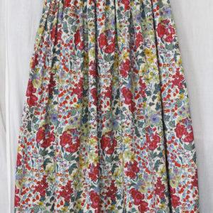 友人の依頼で、LIBERTYプリントで作ったロング丈のスカート。長身の友人に似合いそう!(姉・作)