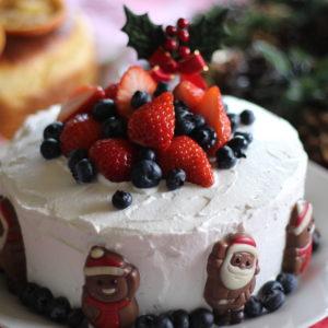 クリスマスのケーキは、マロングラッセのシフォンケーキにベルギーチョコのサンタさんとベリーで飾り付け♪