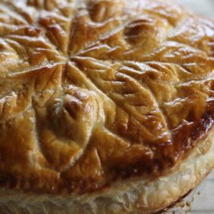 1月6日に食べるフランスの伝統菓子、ガレット・デ・ロワ。