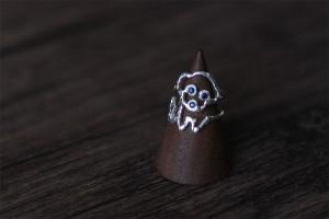 レオの得意の首かしげポーズをそのままリングに。目と鼻は合成サファイヤで。素材:シルバー925