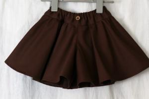 ブラウンの生地のベビー服・キュロットスカート。