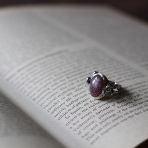 """<a href=""""https://lavoro-libero.com/?p=9900"""" target=""""blank"""" rel=""""noopener noreferrer"""">薔薇が大好きな友人のために作ったリング。童話の絵本の中に出てくるような薔薇をモチーフにして、石はレピドクロサイト入りのアイオライト。素材:シルバー925(燻し)</a>"""