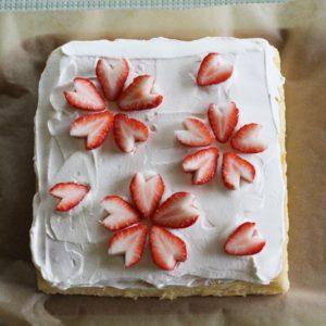 両親の結婚記念日のケーキ。流行りの台湾カステラにイチゴで桜の花の飾り付け。