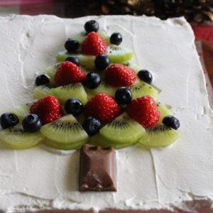 クリスマスケーキは四角く焼いたスポンジケーキにフルーツを使ってツリーの飾り付けを。