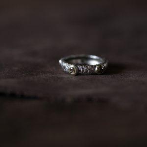 ブラウンダイヤモンドとホワイトダイヤモンドを使った、フィレンツェ風を意識したデザインのリング。素材:K10にホワイトゴールドメッキ