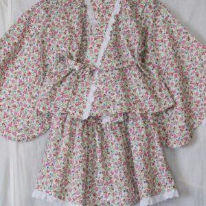 "<a href=""https://lavoro-libero.com/?p=11426"" target=""blank"" rel=""noopener noreferrer"">LIBERTYプリントで作った子供服の浴衣ドレス。ハンナフェイの国産フランダース生地で。</a>"